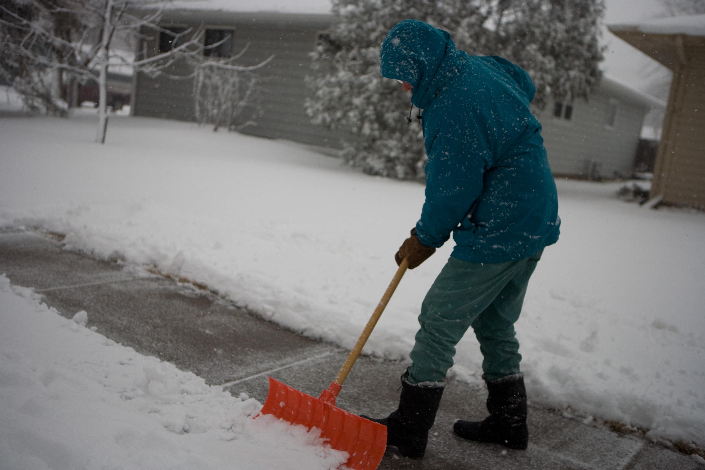 FEMA_-_40421_-_North_Dakota_resident_shovels_snow_off_his_sidewalk